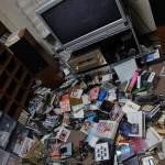 地震が起きてCDコレクション棚が倒れる